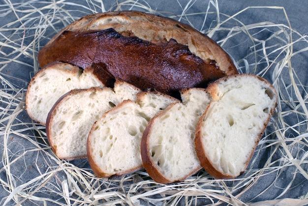 Snijd het brood op tafel. graan eten.