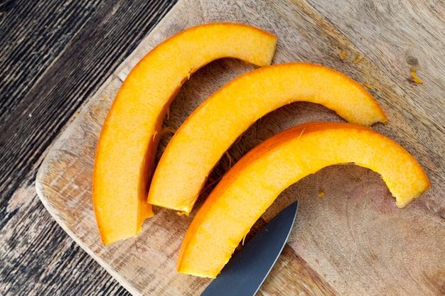 Snijd in stukjes rijpe oranje pompoen