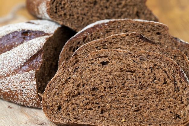 Snijd in stukjes zwart roggebrood tijdens een maaltijd