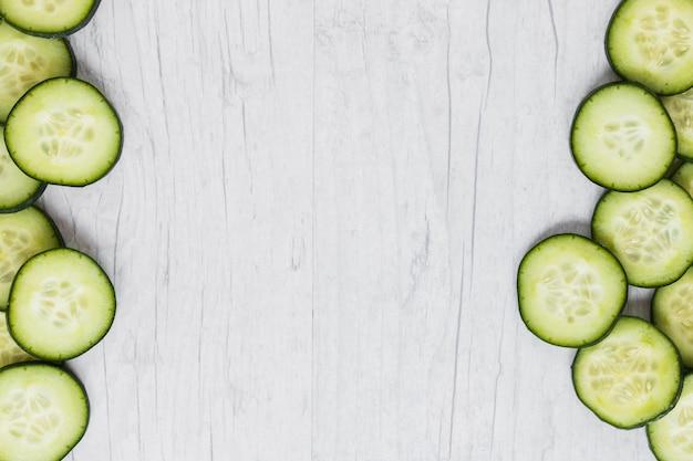 Snijd komkommer op wit