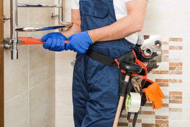 Snijd loodgieter met behulp van sleutel