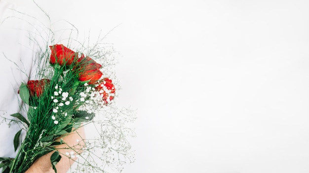 Snijd man met boeket rozen