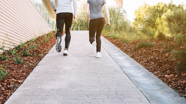 Snijd mensen die op pad rennen