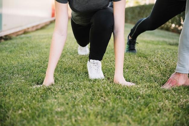 Snijd mensen klaar om op gras te rennen
