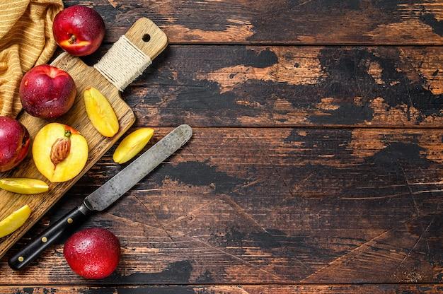 Snijd nectarines op een houten snijplank.