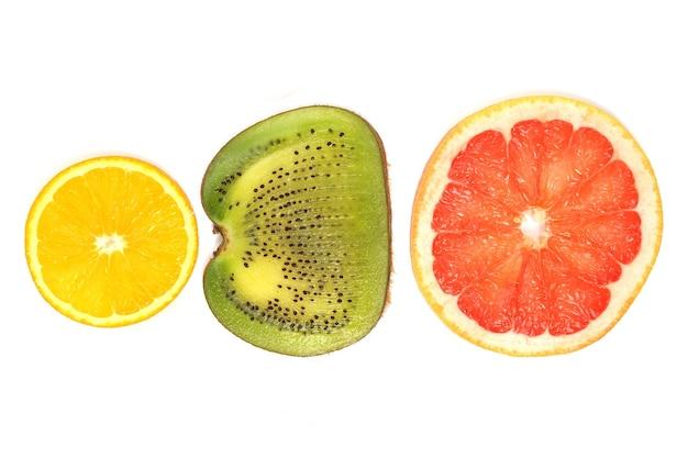 Snijd over verschillende vruchten op een witte achtergrond. gezond en vitamine eten