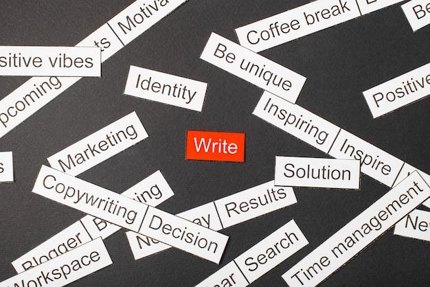 Snijd papier inscriptie schrijven op een rode achtergrond, omringd door andere inscripties op een donkere achtergrond. word cloud concept.