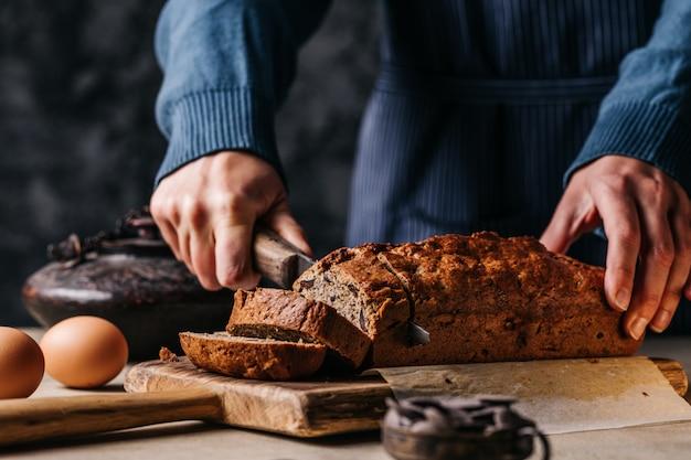 Snijd persoon snijden brood brood