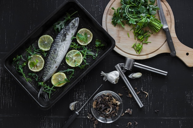 Snijd peterselie en kruiden in de buurt van vis