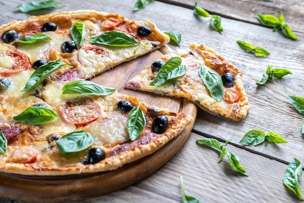 Snijd pizza op het houten bord