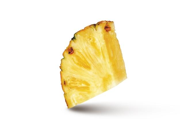 Snijd plak van natuurlijk rijp vers ananasfruit dat op een witte muur wordt geïsoleerd