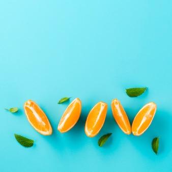 Snijd plakjes sinaasappel met kopie ruimte achtergrond