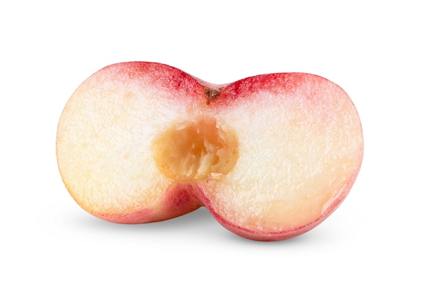 Snijd rijp chinees plat perzikfruit dat op witte achtergrond wordt geïsoleerd
