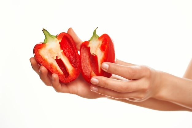 Snijd rode paprika in de handen van groenten vitamines