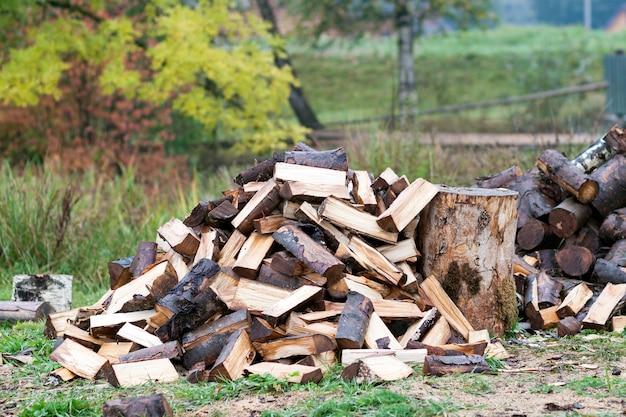 Snijd stammen hout. hernieuwbare energiebron. milieu concept. stapel van gehakte brandhout voorbereid op de winter, klaar om te branden