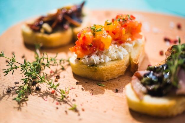 Snijd toastbrood met thymes en peperbollen op houten hakbord