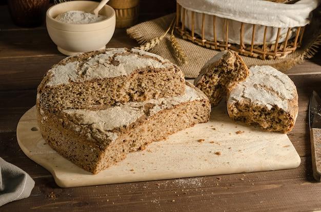 Snijd vers gebakken heerlijk volkoren roggebrood
