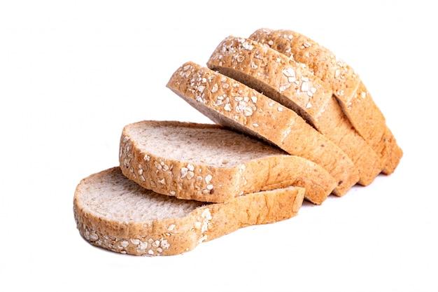 Snijd volkorenbrood op witte achtergrond wordt geïsoleerd die.