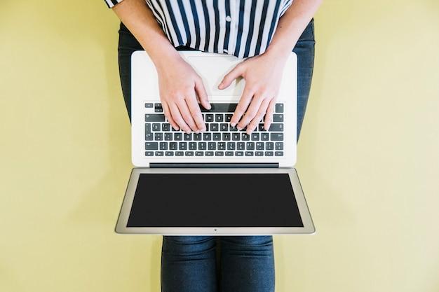 Snijd vrouw het doorbladeren laptop op vloer