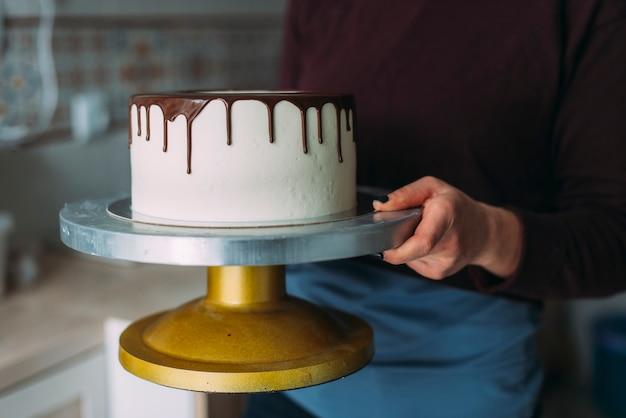 Snijd vrouw met eetbare cake