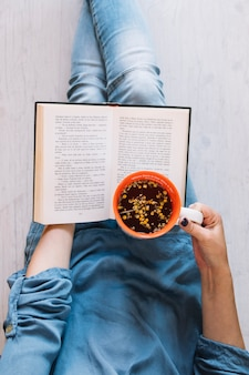 Snijd vrouw met thee leesboek