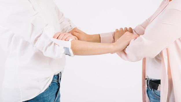 Snijd vrouwen die armen grijpen