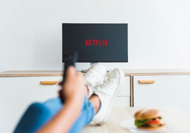 Snijd vrouwen kijken naar netflix-series in de woonkamer