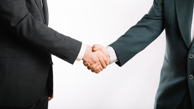 Snijd zakenmensen handen schudden