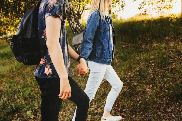 Snijd zijaanzicht bij van een jong mooi stel dat reist waar de vrouw zijn vriendje tijdens hun vakantie leunt