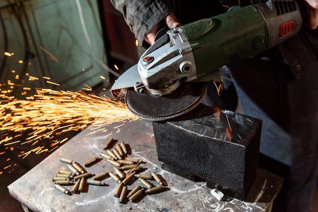 Snijden metalen slijpmachine, vonk.