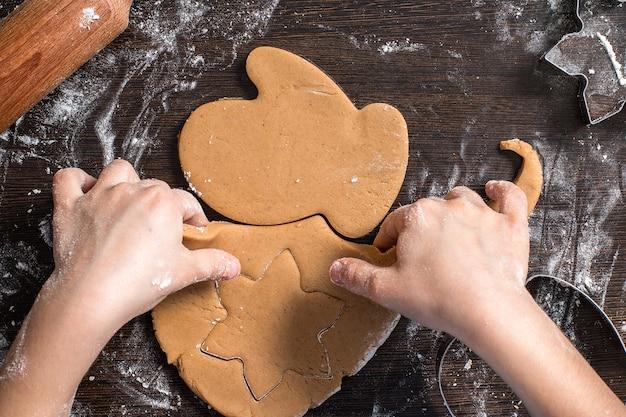 Snijden van deeg op verschillende vormen. kerst peperkoek