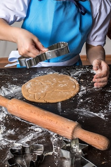 Snijden van deeg op verschillende vormen kerst peperkoek