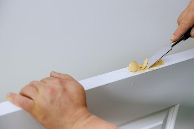 Snijden van gaten voor de deurscharnier houtbeitel uitsnijden groef