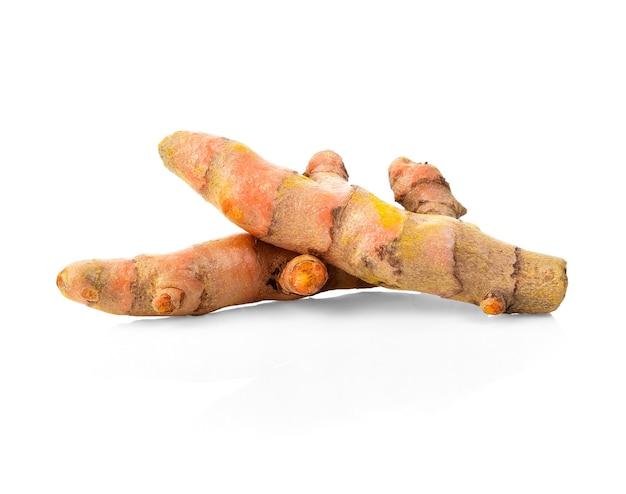 Snijden van kurkuma wortels geïsoleerd op wit