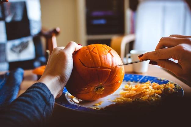Snijdende halloween-pompoen