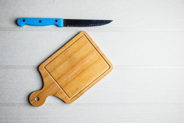 Snijplank en een mes op tafel