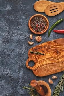 Snijplank en kruiden om te koken