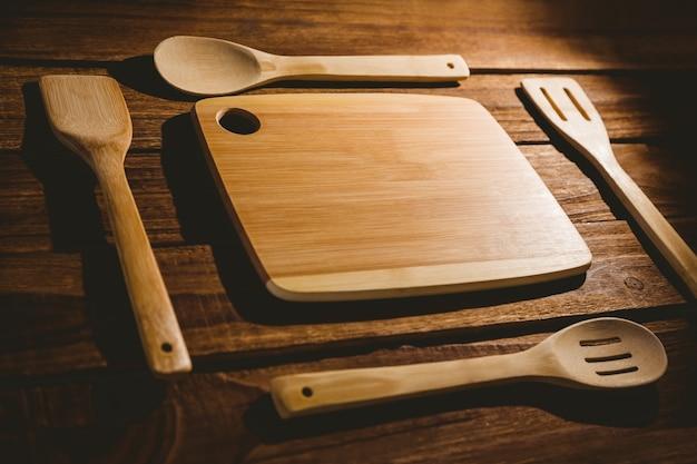 Snijplank met houten gebruiksvoorwerpen