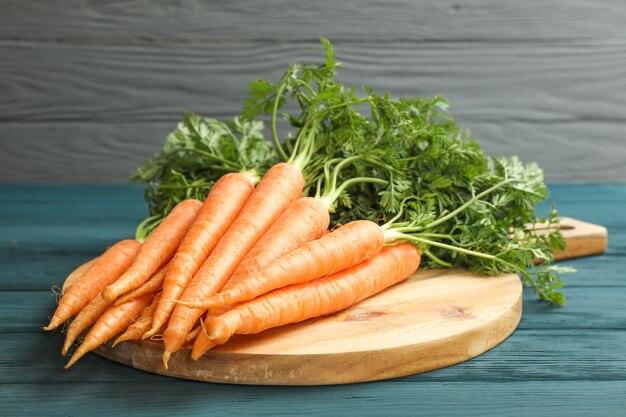 Snijplank met rijpe wortelen op houten tafel