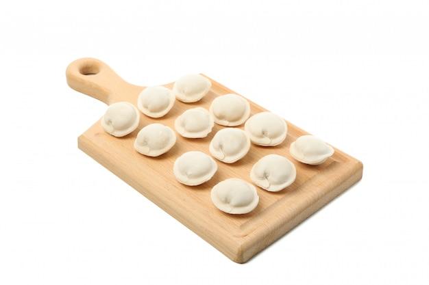 Snijplank met ruwe bollen geïsoleerd op wit