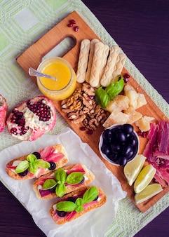 Snijplank met vlees en kaas