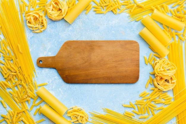 Snijplank omgeven door pasta