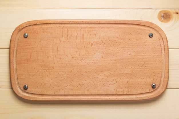 Snijplank op rustieke houten plank achtergrond, bovenaanzicht