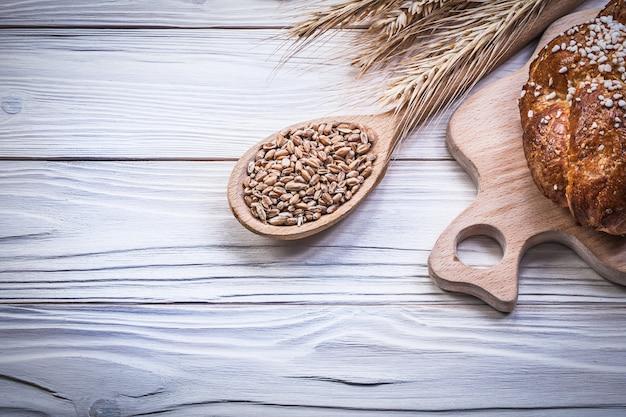 Snijplank tarwe rogge oren brood stok houten lepel maïs