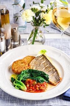 Snoekbaarsfilet met groentekoteletten en groenten in de restaurantomgeving. detailopname. keto, paleo, fodmap dieetvoeding.