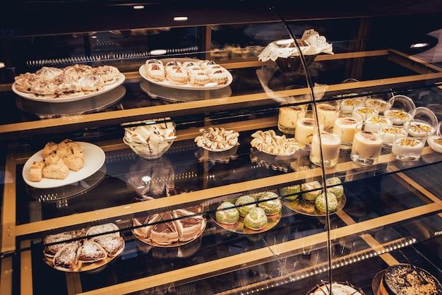 Snoep en gebak in de vitrine