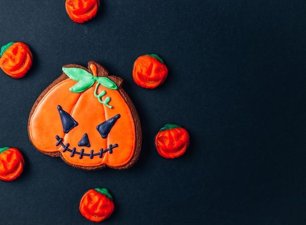 Snoep en lekkernijen voor halloween op zwarte achtergrond