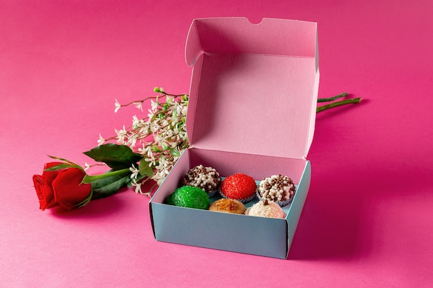 Snoep en roze op een roze achtergrond