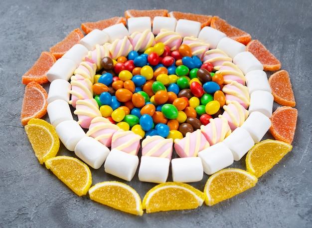 Snoep en snoepjes achtergrond. snoepjes lagen gevouwen in een cirkel.