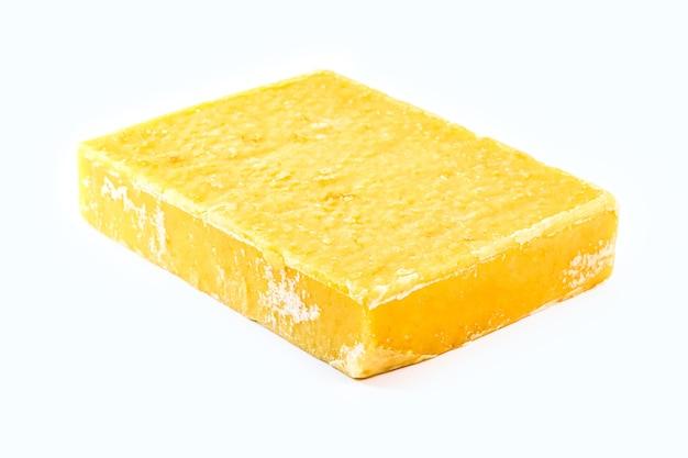Snoep gemaakt van gesuikerde suiker met geïsoleerde witte achtergrond, snoep gemaakt van suikerrietmelasse